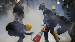 Demonstranten in Hongkong in Tränengaswolke | Bildquelle: dpa