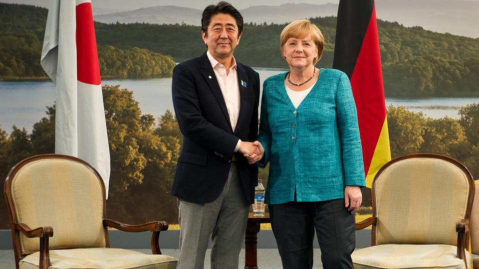 Shinzo Abe und Angela Merkel (Archivbild: Juni 2013) | picture alliance / dpa