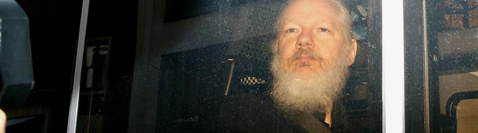 Julian Assange in einem Polizeiwagen | Bildquelle: REUTERS