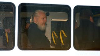 Julian Assange in einem Polizeiwagen