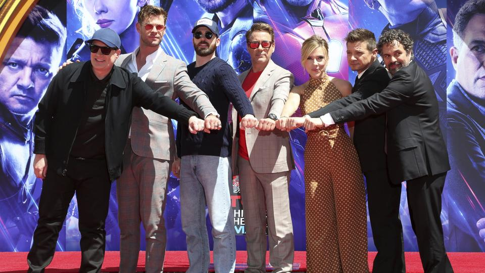 "Marvel Studios President Kevin Feige (links) mit dem Cast von ""Avengers: End Game,"" Chris Hemsworth, Chris Evans, Robert Downey Jr., Scarlett Johansson, Jeremy Renner und Mark Ruffalo im April  2019 in Los Angeles."