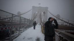 Wintersturm auf der Brooklyn Bridge in New York