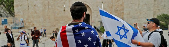 Mann mit US-Flagge in Jerusalem | Bildquelle: AFP
