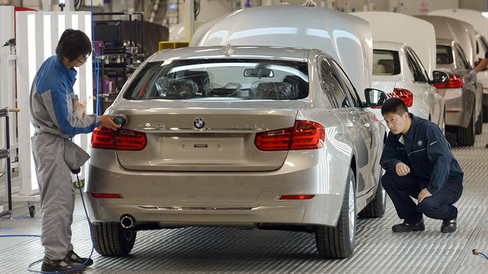 Endabnahme eines BMW 320 LI im Fertigungswerk der BMW-Brilliance Automotive in Shenyang-Tiexi (China) | Bildquelle: picture alliance / dpa