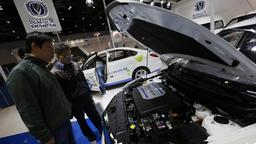 "Besucher betrachten ein Eletroauto eines chinesischen Automobilherstellers auf der ""New Energy""-Messe der Automobilindustrie im National Convention Center in Peking. 