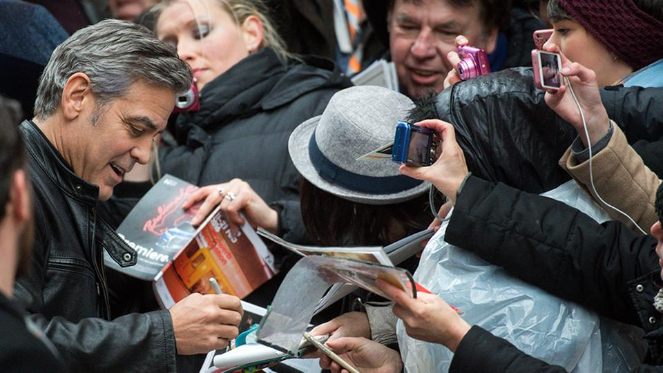 George Clooney gibt Autogramme