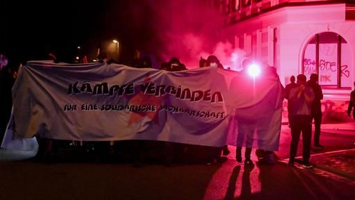 Demonstranten mit Banner | AFP