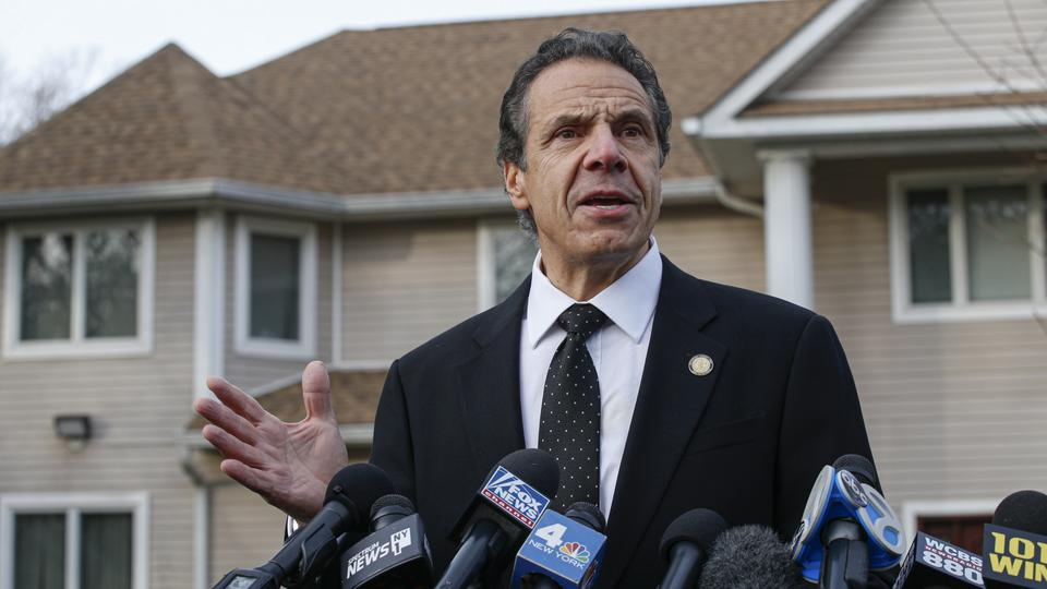 Der Gouverneur des Bundesstaates New York, Andrew Cuomo, am Tatort in Monsey | Bildquelle: AFP