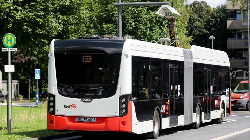 "E-Bus ""tankt"" an Ladestation 