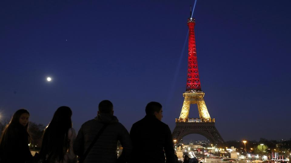 Der Eiffelturm in Paris in den belgischen Nationalfarben