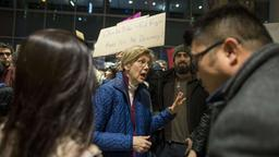 US-Senatorin Warren spricht mit Demonstranten