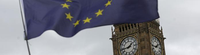 EU-Flagge weht vor dem Big Ben in London | Bildquelle: AFP