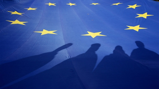 Schatten auf EU-Flagge (Archivbild) | picture alliance / dpa