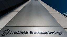 Kanzleischild von Freshfields in Frankfurt am Main (Archivbild) | Bildquelle: picture alliance/dpa