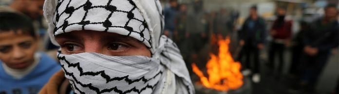 Ein maskierter Demonstrant bei den Protesten in Gaza | Bildquelle: REUTERS