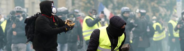 Gelbwesten-Protest in Paris | Bildquelle: AP