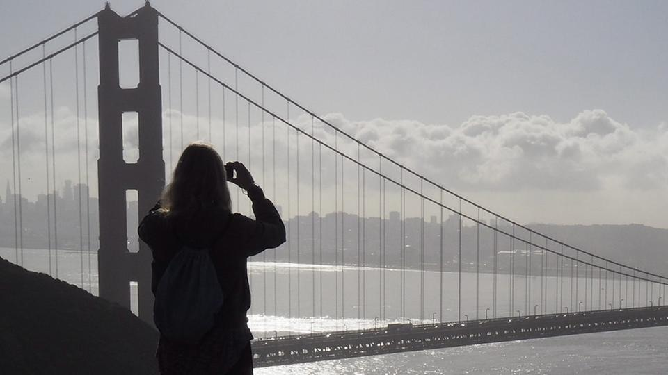 Touristen vor der Golden Gate Bridge | Bildquelle: picture alliance / John G. Maban