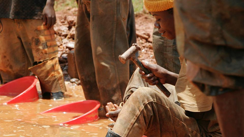 Arbeiter in einer Goldmine im Kongo | Bildquelle: picture alliance / AP Photo