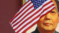 Mao hinter US-Flagge