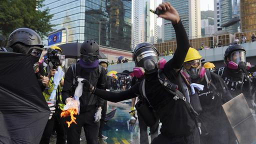 Vermummte Demonstranten in Hongkong | Bildquelle: AP