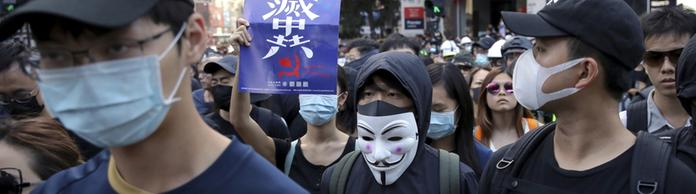 Vermummte Demonstranten in Hongkong | Bildquelle: dpa