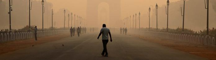 """India Gate"" in Neu-Delhi bei vom Smog orange gefärbten Himmel. 