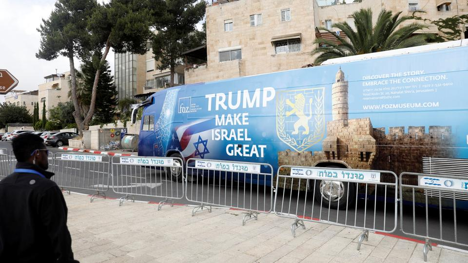 "Ein Bus mit Banner ""Trump, make Israel great again"" fährt durch Jerusalem. 