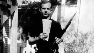 Der mutmaßliche J-F-K.-Attentäter Lee Harvey Oswald | Bildquelle: imago/Cinema Publishers Collecti