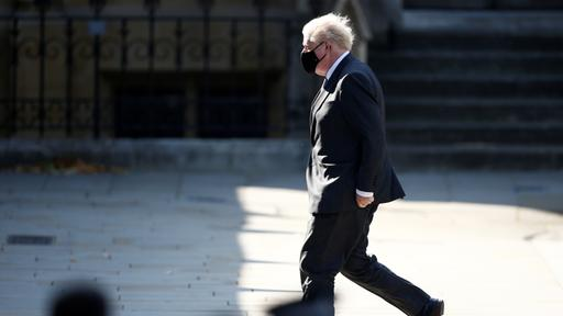 Boris Johnson eilt mit Mundschutz ins Parlament | REUTERS