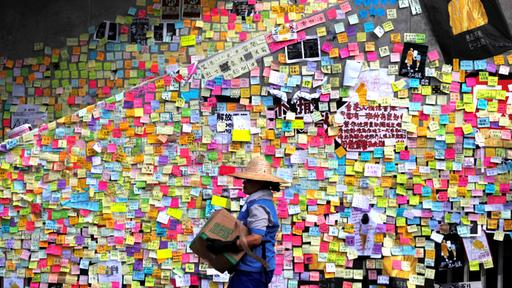 Diese Wand voller Post-Its haben Demonstranten während der Proteste in Hongkong beklebt. | REUTERS