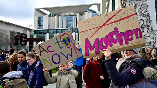 """Fridays for Future""-Demo in Berlin vor dem Kanzleramt 