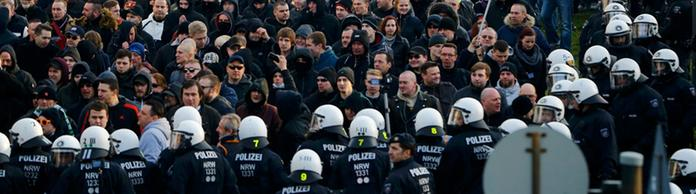 Polizei am Rande der Pegida-Demonstration in Köln | Bildquelle: REUTERS