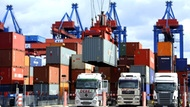 Containers are loaded onto trucks in the port of Hamburg (photo: dpa)