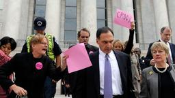Richard S. Fuld Jr. und Demonstranten