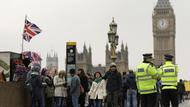 Polizisten patrouillieren auf der Westminster Bridge in London