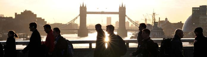 Fußgänger vor der Tower Bridge in London | Bildquelle: AFP