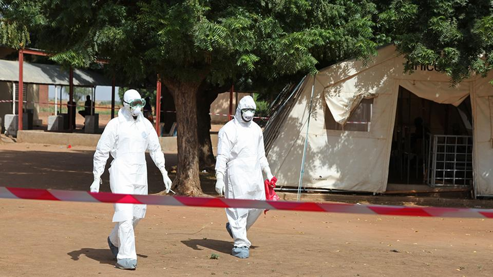 Mediziner in einer Ebola-Station in Mali