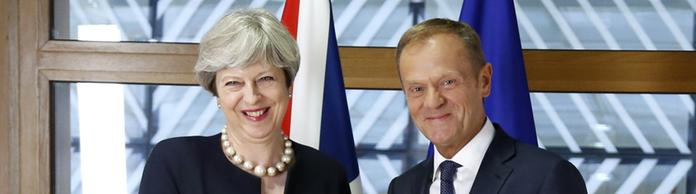 Theresa May und Donald Tusk | Bildquelle: AP