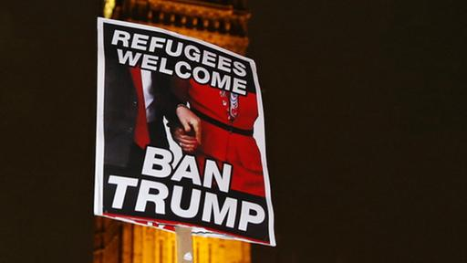 Ein Anti-Trump Plakat vor dem Big Ben in London | Bildquelle: AP
