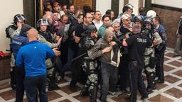 Demonstranten stürmen Parlament in Skopje | Bildquelle: AFP