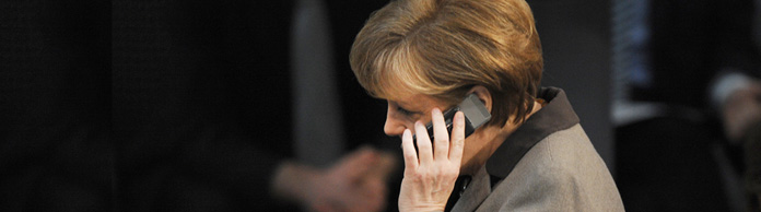 Angela Merkel am Telefon | Bildquelle: picture alliance / dpa