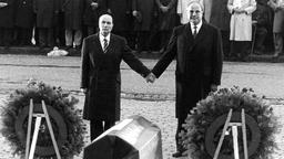 Helmut Kohl and François Mitterrand in 1984, rich hands over the graves of Verdun.  (Photo: picture-alliance / dpa)