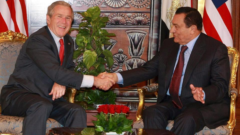 Hosni Mubarak und George W. Bush | Bildquelle: picture alliance / dpa