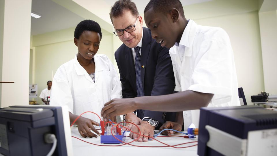 Bundesentwicklungsminister Gerd Müller (CSU) besichtigt das Projekt Integrated Politechnical Reginal Center IPRC in Kigali, Ruanda. | Bildquelle: picture alliance / dpa