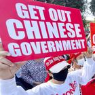 Demonstranten mit Schildern, auf denen steht: Get out - chinese Government  | picture alliance / Kyodo