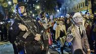 Polizisten am Rande der Halloween-Parade in New York