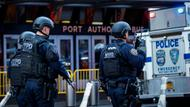 Bewaffnete Polizisten patrouillieren vor der Port Authority-Station in New York.