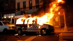 Brennender Polizeiwagen in New York | Bildquelle: PETER FOLEY/EPA-EFE/Shutterstock
