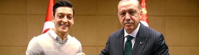 Özil überreicht Erdogan ein Trikot | Bildquelle: TURKISH PRESIDENTAL PRESS OFFICE