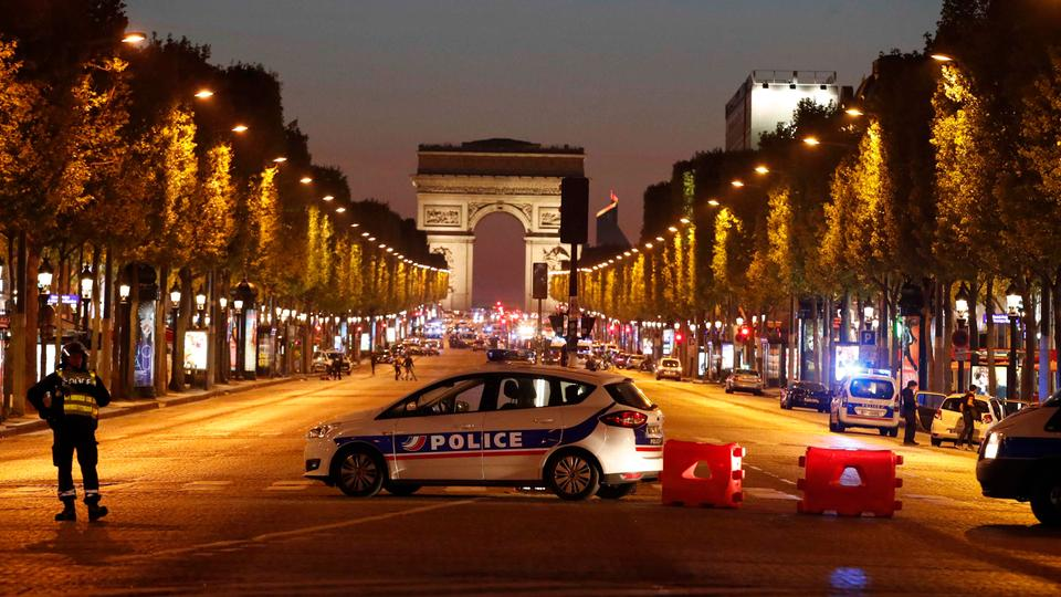 Polizisten in Paris | Bildquelle: REUTERS
